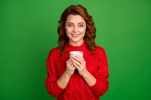 Портрет очаровательной женщины держит чашку с ароматным латте