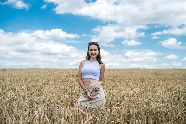 黄金の穀物畑、自由の魅力的な若い女性の肖像画