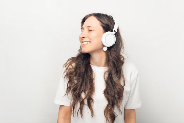 リラックスして音楽を聴いて魅力的な若い女性の肖像画