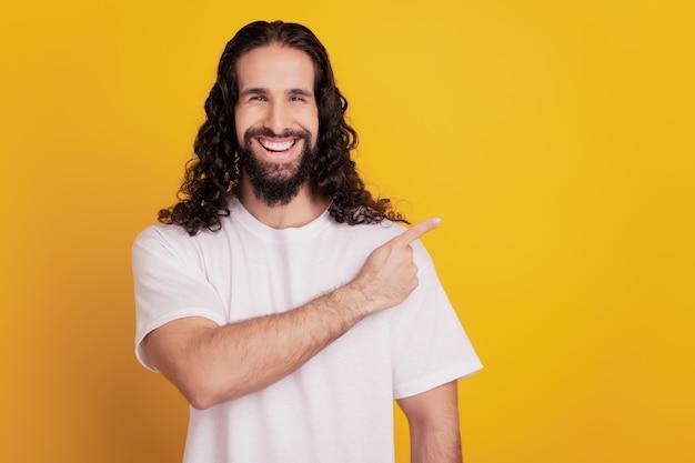 黄色の背景に陽気な顧問の男の直接指の空きスペースの肖像画