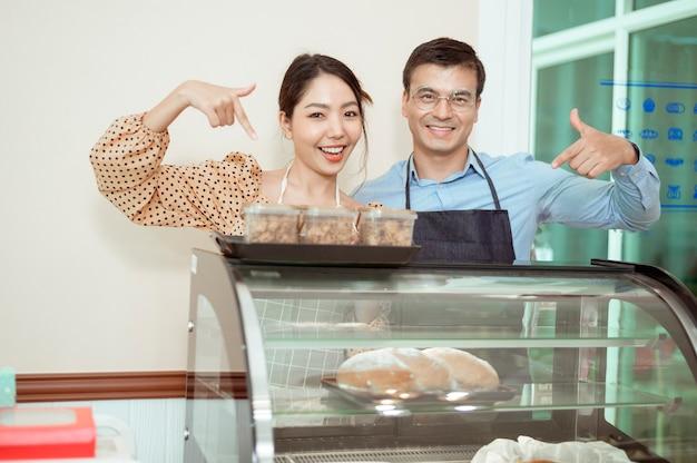Портрет веселых бариста, улыбаясь в кафе