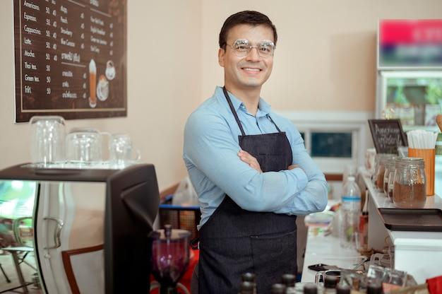 コーヒーショップで笑っている陽気なバリスタの肖像画