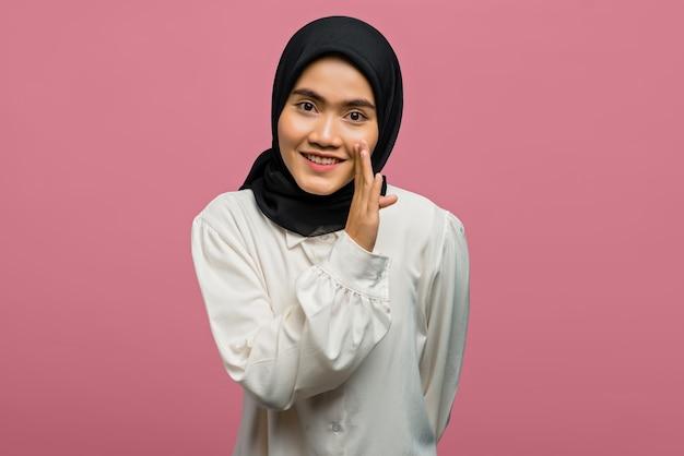 Портрет веселой красивой азиатской женщины в белой рубашке