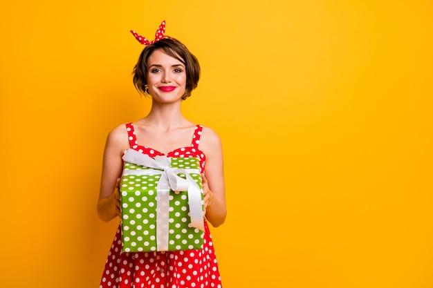 Портрет веселой милой милой девушки с большой подарочной коробкой с белой лентой, которую она получает 8 марта 14 февраля, надеть красивый наряд, изолированный над яркой цветной стеной