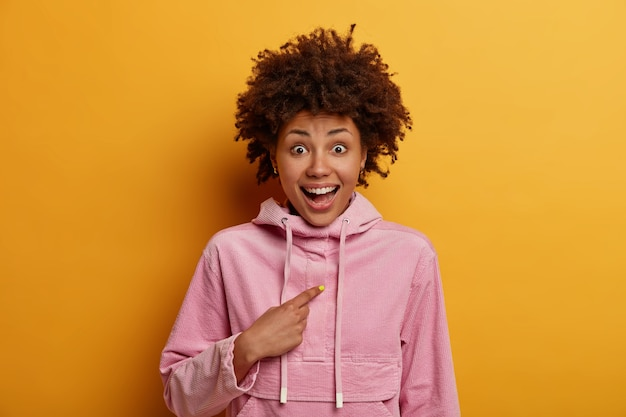 Портрет веселой темнокожей женщины задает вопрос и указывает на себя