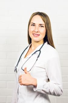 親指を立てるジェスチャーを示す陽気な医師のポートレート