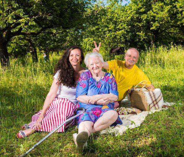 公園で休んでいる陽気な家族の肖像画