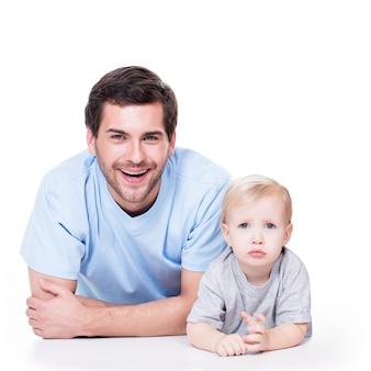 흰색에-바닥에 누워 작은 아기와 쾌활한 아버지의 초상화