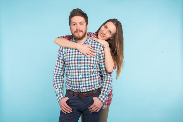 青の陽気な面白い若い恋人たちの肖像画