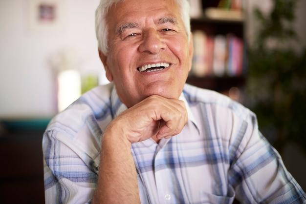 居間で陽気な祖父の肖像画