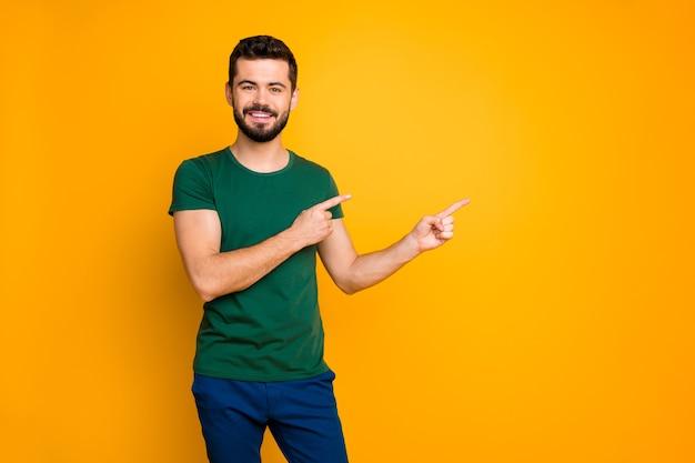 Портрет веселого парня, промоутера, указывает пространство для копирования указательного пальца