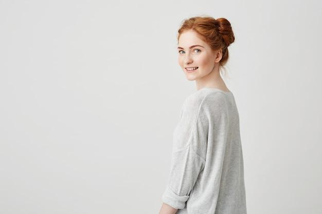 Портрет веселый счастливый довольно рыжий девушка улыбается.