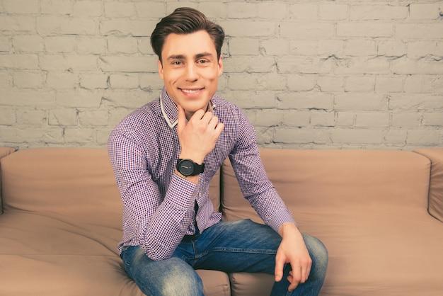 ソファに座って腕時計の陽気な男の肖像画