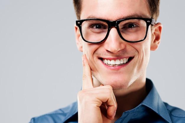 Портрет веселого мужчины в очках