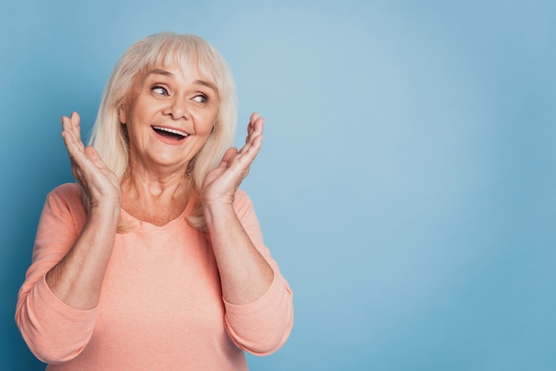 Портрет веселой старухи на синем фоне