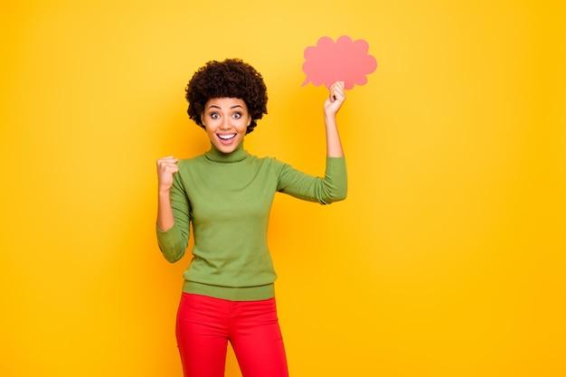 ピンクの思考の泡を保持している赤いズボンで歯を見せる陽気なポジティブなかわいいかわいい素敵な女性の肖像画。
