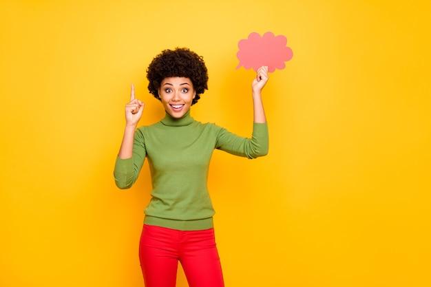 顔に感情を表現する赤いズボンで人差し指を上げて陽気なポジティブかわいいかわいい甘い女性の肖像画。