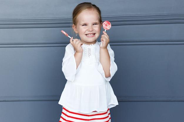 Портрет веселой симпатичной маленькой девочки
