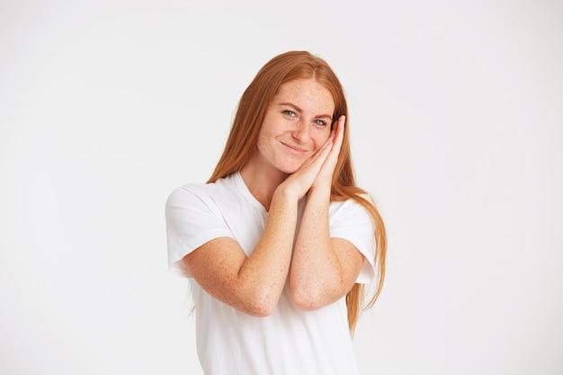Портрет веселой красивой рыжей молодой женщины с длинными волосами и веснушками в футболке