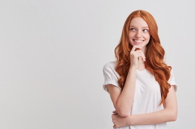 長いウェーブのかかった髪の陽気なかわいい赤毛の若い女性の肖像画
