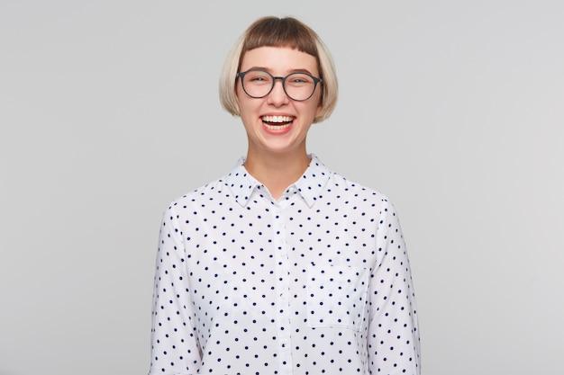 Портрет веселой красивой молодой женщины носит