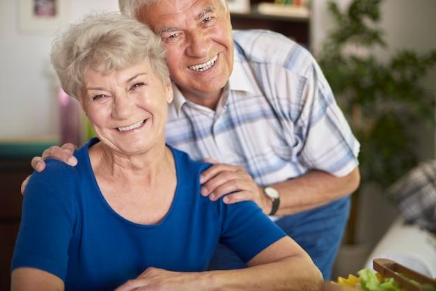 陽気な年配のカップルの肖像画