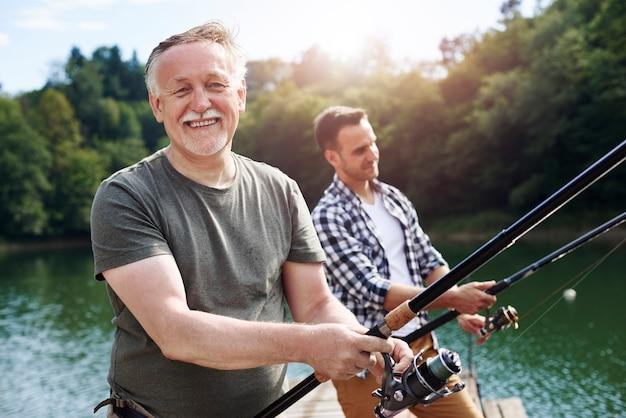 陽気な年配の男性釣りの肖像画