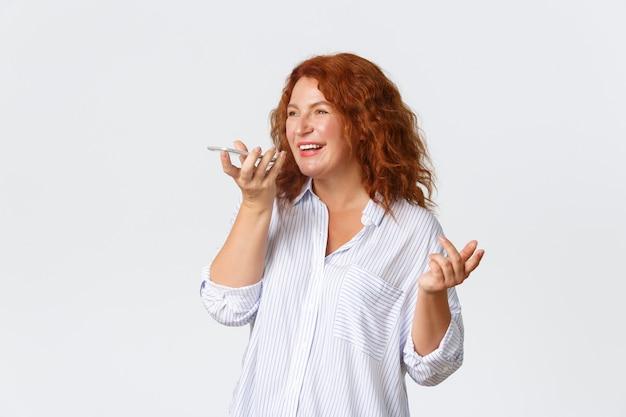 밝은 미소 중년 빨간 머리 여자의 초상화 음성 메시지 기록