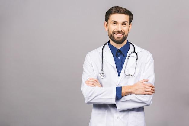 Портрет веселый улыбающийся молодой врач со стетоскопом на шее в медицинском халате