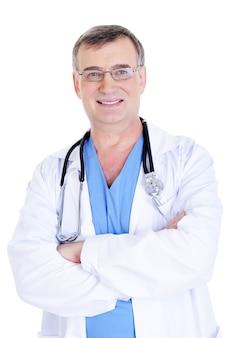聴診器と病院のガウンで陽気な成功した男性医師の肖像画