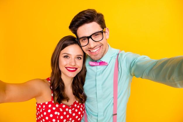 Портрет веселой винтажной пары медового месяца сделать селфи