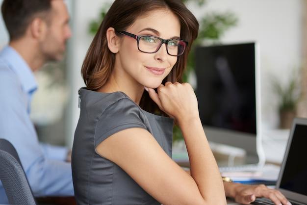 Портрет веселой женщины в офисе