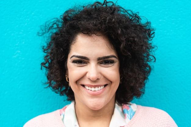 笑顔の陽気な女性の肖像画