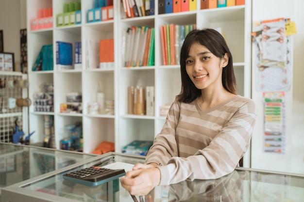 편지지 가게에서 일하고 쾌활한 젊은 기업가의 초상화