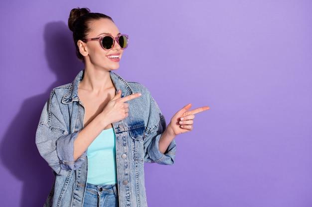 コピースペース広告を示す陽気な女の子の肖像画