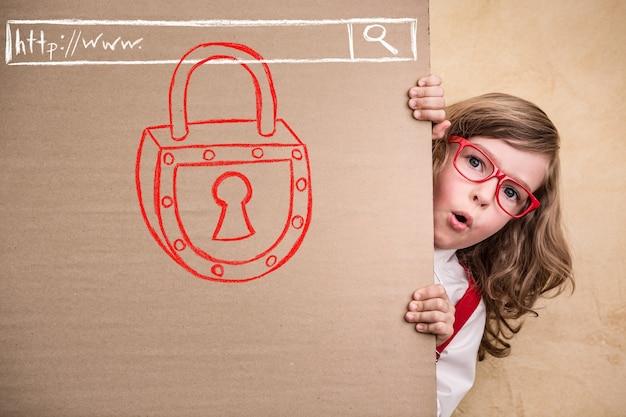 オフィスで子供のビジネスマンの肖像画。インターネットセキュリティの概念