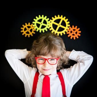 オフィスで子供のビジネスマンの肖像画。成功、創造的、アイデアのビジネスコンセプト