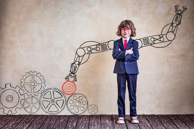 オフィスで子供のビジネスマンの肖像画。成功、創造的、革新的なビジネスコンセプト