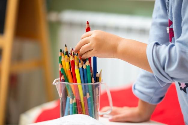 Портрет детской девочки, рисование красочными карандашами