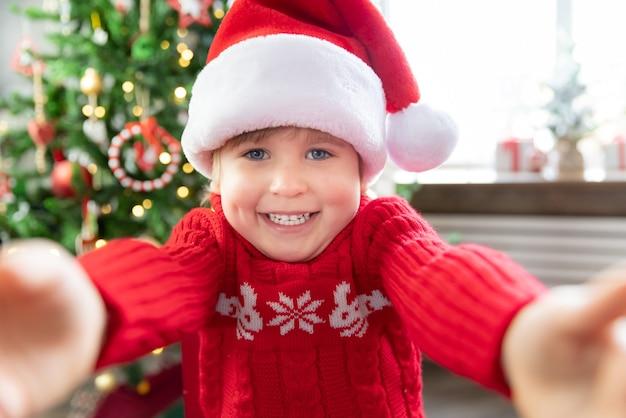 크리스마스에 아이의 초상 재미있는 아이가 화상 채팅 크리스마스 휴가 컨셉으로 인사하는 모습