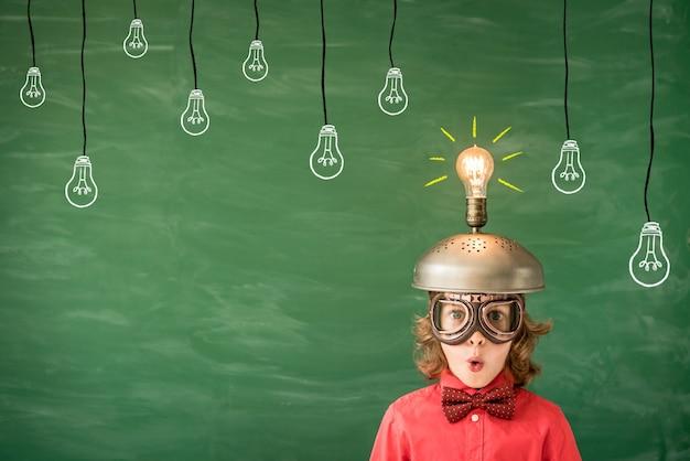 Портрет ребенка в классе ребенок с игрушечной гарнитурой виртуальной реальности в классе