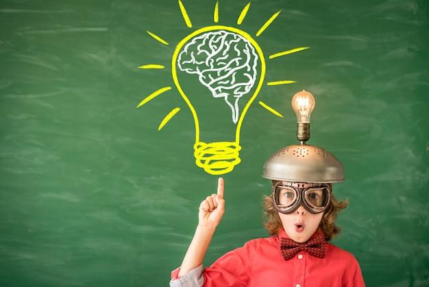 Портрет ребенка в классе идея успеха и творческая концепция обратно в школу