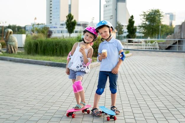 スケートをしている公園の子供たちの肖像画、彼らはアイスクリームを食べる