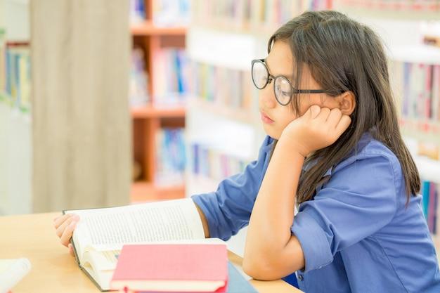 대학 도서관에서 책을 읽고 책을 영리한 학생의 초상화