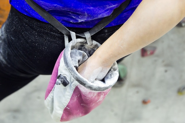 가루 분필 마그네슘으로 손을 코팅하는 등반가 여성의 초상화.