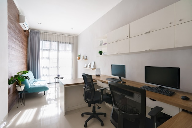 朝の快適で整頓されたモダンなオフィススペースの肖像画