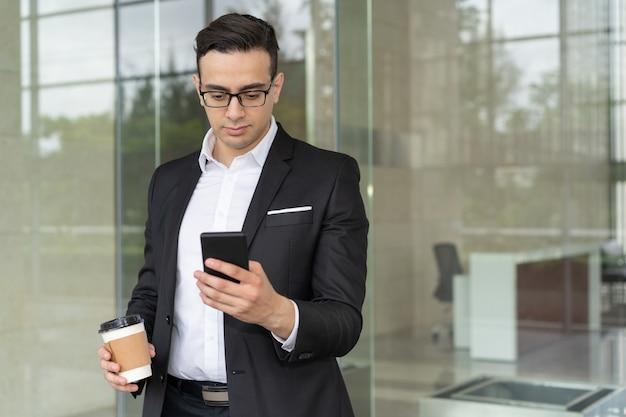 Портрет сосредоточенный бизнесмен, чтение мобильного сообщения