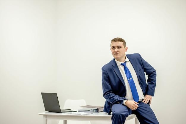 사무실에서 문서를 가지고 직장에서 일하는 집중된 변호사의 초상화.