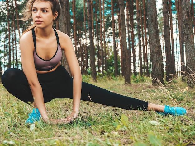 Портрет сосредоточенной молодой спортивной женщины в парке