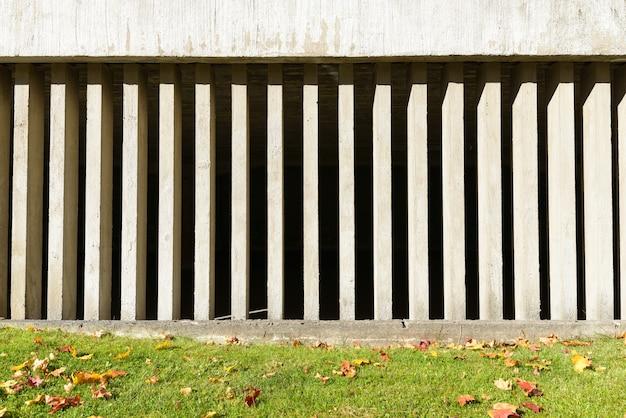 Портрет бетонной стены с визуальными пробелами за пределами здания